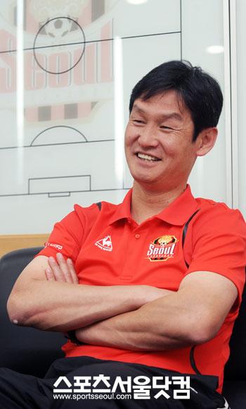 ▲ 지난 시즌 FC서울의 후반기 대약진을 이끈 원동력은 선수들과 격의 없이 소통한 최 감독의 형님 리더십이었다.