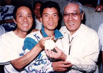 ▲ 1992년 바르셀로나 올림픽 마라톤에서 금메달을 딴 황영조(가운데)를 축하하고 있는 손기정(오른쪽)