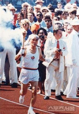 ▲ 1986년 서울 올림픽 성화 봉송 최종 주자로 나선 손기정.