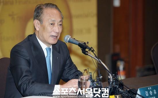 ▲ 김승유 하나금융 회장이 지난 2일 중구 소공동 롯데호텔에서 사실상 마지막 기자회견을 열었다.