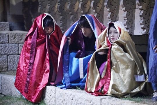 우리 셋 다 친해요, 정말이에요! 구가의 서에 함께 출연한 이승기, 성준, 수지(왼쪽부터)는 또래인 까닭에 종영 후에도 종종 연락하고 만남을 이어 오고 있다고 수지의 소속사 관계자는 밝혔다. /MBC 제공