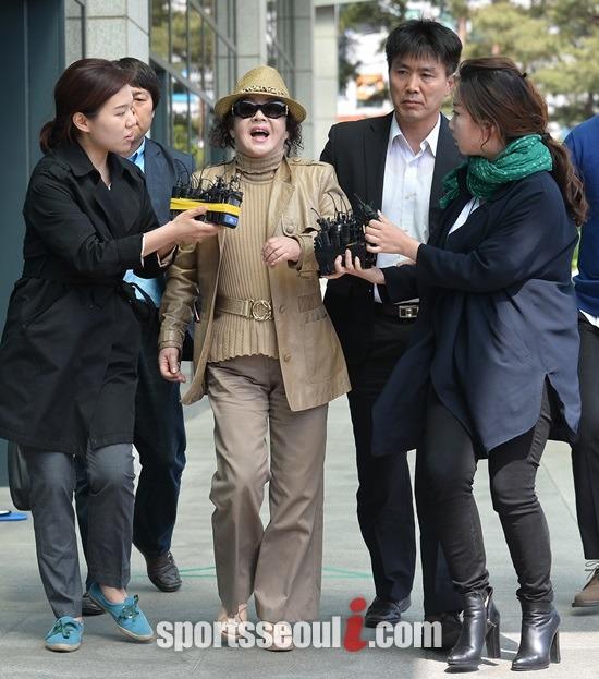 배우 전양자가 유병언 전 세모그룹 회장 비리에 연루된 의혹으로 검찰에 출두하고 있다. / 이새롬 기자