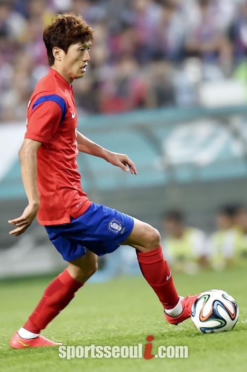 엑소 시우민은 한국 축구 국가 대표팀의 대들보 이청용을 벨기에 전 득점 선수로 꼽고 선전을 기원하고 있다. /최진석 기자