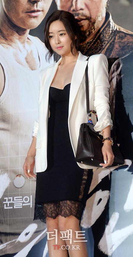 배우 홍수아가 1일 오후 서울 강남구 코엑스 메가박스에서 열린 영화 '신의 한수' VIP시사회에서 포토타임을 갖고 있다./코엑스=문병희 기자