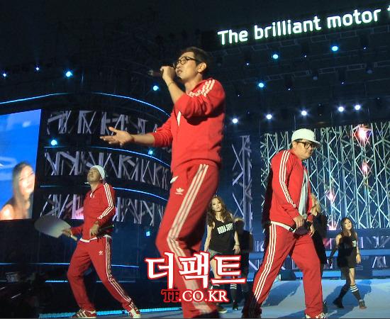 그룹 DJ DOC가 5일 오후 인천 연수구 인천타워대로에서 열린 2014 코리아스피드페스티벌에서 노래를 부르고 있다./사진=해당 영상 캡처