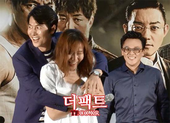 배우 정우성(왼쪽)이 5일 오후 서울 영등포구 여의도CGV에서 열린 영화 신의 한 수 한판승부 쇼케이스에서 한 팬을 안아주고 있다./사진=해당 영상 캡처