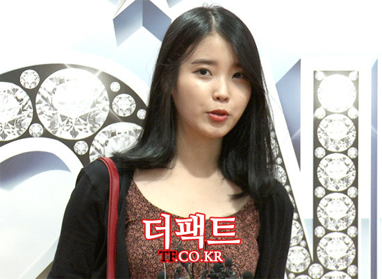 가수 아이유가 8일 오후 서울 서초구 예술의 전당 CJ토월극장에서 열린 뮤지컬 브로드웨이 42번가 VIP 데이 행사에 참석해 인터뷰를 하고 있다./사진=해당 영상 캡처