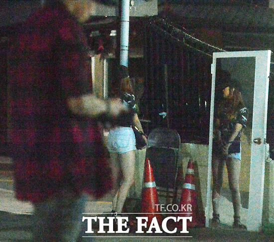 손흥민과 민아는 손을 잡고 길을 걷다가도 사람들이 지나가면 주변을 의식하며 주위를 두리번거리기도 했다. /최진석 기자