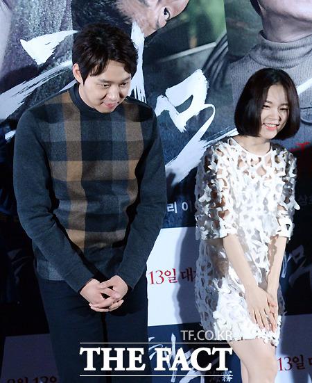 영화 해무의 언론 시사회가 28일 서울 왕십리 CGV에서 열린 가운데 배우 박유천(왼쪽)과 한예리가 인사를 하고 있다./이효균 기자