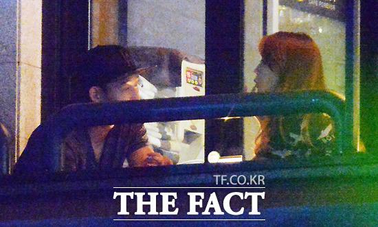 손흥민(왼쪽)과 민아가 17일 밤 한 카페에서 데이트를 즐기고 있다. 손흥민을 바라보며 귀여운 행동을 하는 민아의 모습이 눈에 띈다. /문병희 기자