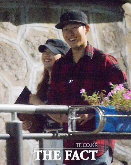 손흥민(오른쪽)과 민아가 활짝 웃으면 데이트를 즐기고 있다. 이들은 사람들의 눈에 띄지 않기 위해 필수 아이템인 검정 모자만은 잊지 않았다. /최진석 기자