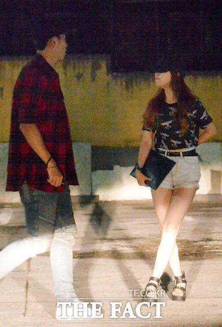 길거리에서 주변을 살피고 있는 손흥민(왼쪽)과 민아. /문병희 기자