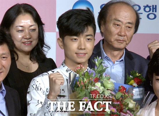 그룹 2PM의 우영이 29일 오후 서울 강남구 봉은사로 리츠칼튼호텔 그랜드볼룸에서 열린 K-POP EXPO in ASIA 홍보대사 위촉식에 참석해 파이팅을 외치고 있다./사진=해당 영상 캡처