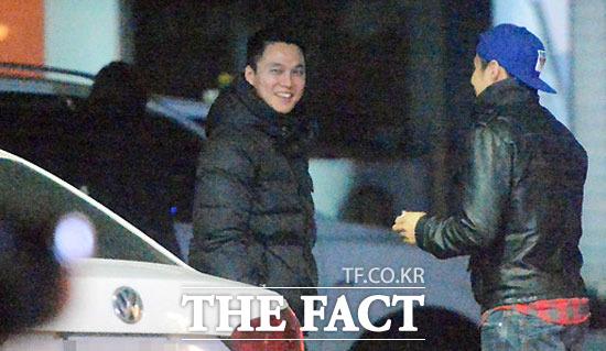 김원중(왼쪽)이 심야 시간에 친구들을 만나 시간을 보내고 있다. /이효균 기자