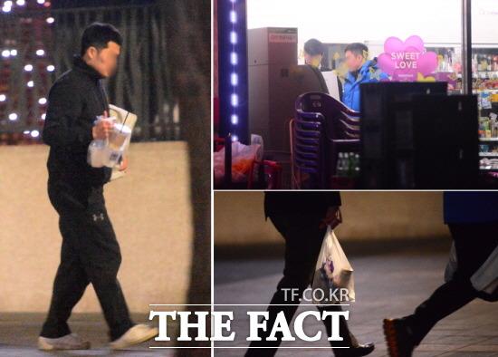 지난 3월 일본 제지 크레인즈와 아이스하키 경기 후 상무 선수들이 호텔 근처 편의점에서 물건을 산 뒤 취식하며 보행하고 있다. /남윤호 기자