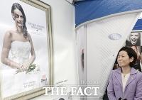 [TF포토] 가정폭력 관련 포스터에 표정 굳은 여가부 김희정 장관