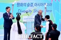 [TF포토] 성화 전달 받는 유정복 인천시장과 김영수 조직위원장