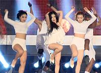 [TF영상] '2014 DMZ 평화콘서트' 현아-효민, '누가 더 빨개요?'