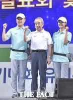 [TF포토] '자원봉사자와 파이팅 외치는 김영수 조직위원장'
