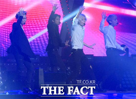 그룹 샤이니가 20일 오후 서울 송파구 올림픽로 잠실실내체육관에서 열린 기브콘 페스티벌에서 댄스를 선보이고 있다./사진=해당 영상 캡처