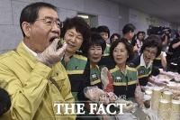 [TF포토] '직접만든 주먹밥 먹는 박원순 시장'