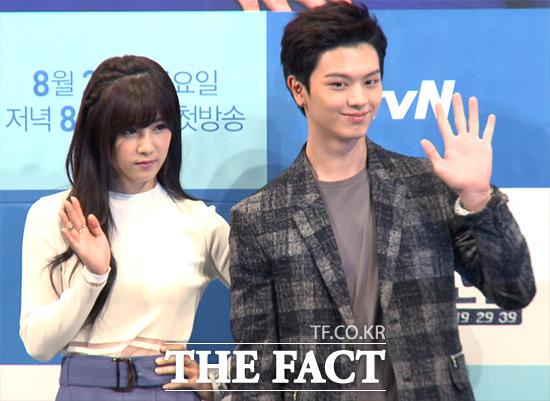 그룹 에이핑크의 박초롱(왼쪽)이 25일 오후 서울 강남구 논현동 임피리얼팰리스호텔에서 열린 tvN 새 금토드라마 아홉수 소년 제작발표회에 참석해 포토타임을 갖고 있다./사진=해당 영상 캡처