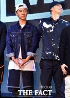 [TF포토] YG 아이콘 비아이, '양 사장님 옆자리는 내 것이야'