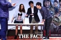 [TF포토] 손예진-김남길, '테이블도 감독님 지시에 따라 옮겨요~'