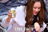 [TF사진관] 손예진, '허그-맥주-절'... 관객 앞 3단 콤보!