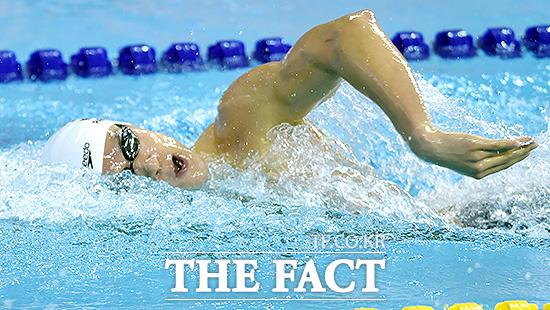 박태환이 지난 22일 인천 박태환수영장에서 열린 2014 인천 아시안게임 남자 계영 4x200m에서 마지막 주자로 물살을 가르고 있다.