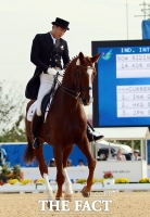 [TF포토] 김동선 '187cm 장신 훈남'의 말타기