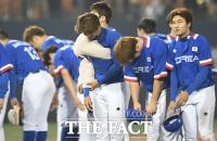 [TF포토] 팬들에게 인사하는 한국선수들 '오늘도 이겼어요'