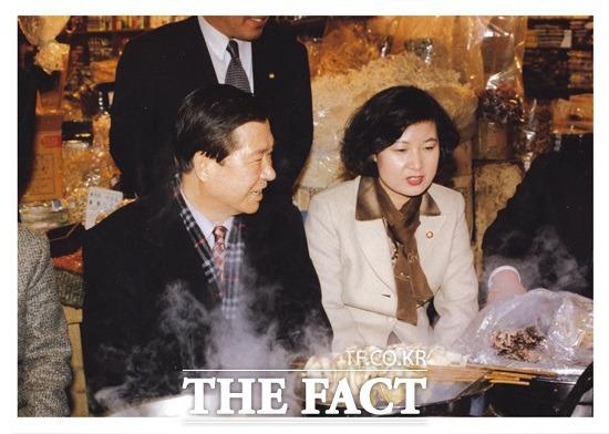 10년 간 판사로 재직하던 추 의원은 법의 양심을 심어 보겠다며 고 김대중(왼쪽) 전 대통령의 권유로 1995년 정치에 입문했다./추미애 의원실 제공