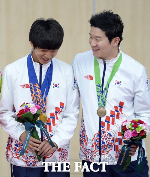 경험을 쌓기 위해 출전한 대회에서 금메달 2관왕에 오른 17살의 명사수 김청용 선수는 남자 10m 공기권총 단체전과 개인전에서 강력한 우승후보들을 제치고 금메달을 획득했다./사진=임영무 기자