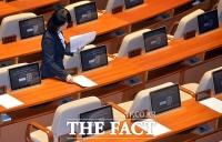 [TF포토] 의원 없는 빈자리에 놓여지는 문서