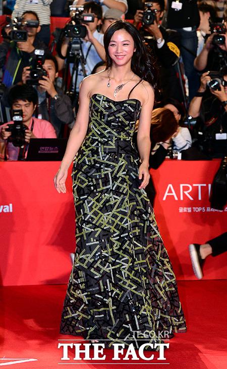 배우 탕웨이가 2일 오후 부산 해운대구 영화의전당에서 열리는 제19회 부산국제영화제(BIFF)에 참석하기 위해 레드카펫을 밟고 있다./부산=김슬기 기자
