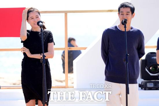 배우 문소리(왼쪽)와 가세 료가 4일 오전 부산 비프빌리지에서 열린 영화 자유의 언덕의 야외무대인사에 참석해 인사말을 하고 있다./부산=남윤호 기자