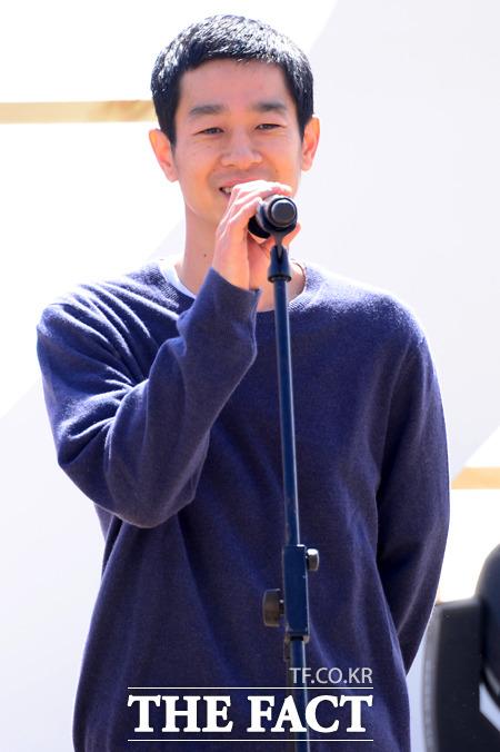 배우 카세 료가 4일 오전 부산 비프빌리지에서 열린 영화 자유의 언덕의 야외무대인사에 참석해 인사말을 하고 있다./부산=남윤호 기자