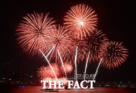 2014 서울세계불꽃축제가 열린 4일 오후 서울 여의도 일대에서 열린 가운데 화려한 불꽃이 가을 밤하늘을 수놓고 있다./이새롬 기자