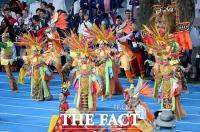 [TF포토] 차기 개최국 인도네시아 '현란한 축하공연'