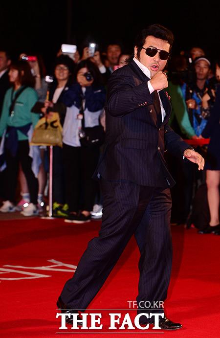 배우 김보성이 지난 2일 오후 부산 해운대구 영화의전당에서 열린 제19회 부산국제영화제(BIFF)에 참석하기 위해 레드카펫을 밟고 있다./부산=김슬기 기자