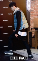 [TF포토] 김필수, '치마바지도 모델답게 소화'