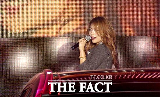 가수 에일리가 16일 오후 서울 강남구 압구정동 크루즈 클럽 웨이브에서 열린 질스튜어트x현대자동차 드라이브 런웨이 파티에 참석해 축하 공연을 펼치고 있다./사진=해당 영상 캡처