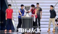 [TF포토] 롤드컵 결승, 역대 우승자들과 함께 등장한 '소환사의 컵'