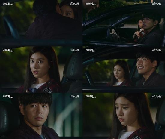 tvN 라이어 게임 이상윤(왼쪽 맨 아래)이 김소은(오른쪽 맨 아래)에게 키스하는 척 연기를 해 보는 이들을 깜짝 놀라게 했다. / 라이어 게임 방송 캡처