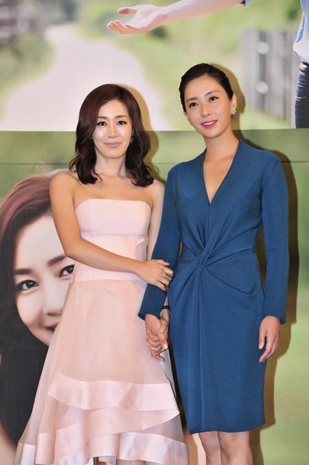 송윤아(오른쪽)가 MBC 마마에서 호흡을 맞춘 문정희에게 고마운 마음을 표현했다. / MBC 제공