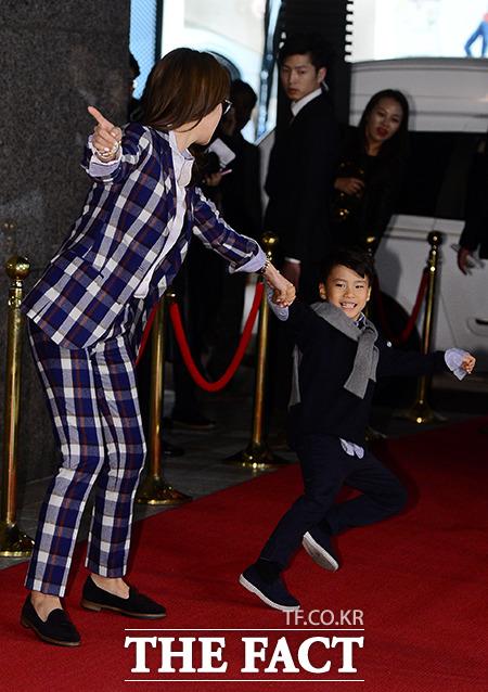 전 축구 국가 대표 안정환의 아들 안리환(오른쪽)이가 24일 오후 서울 중구 회현동 신세계 백화점에서 열린 2014 보그 패션 나잇 아웃(VFNO) 포토 행사에서 엄마 이혜원)을 잡아끌고 있다./김슬기 기자