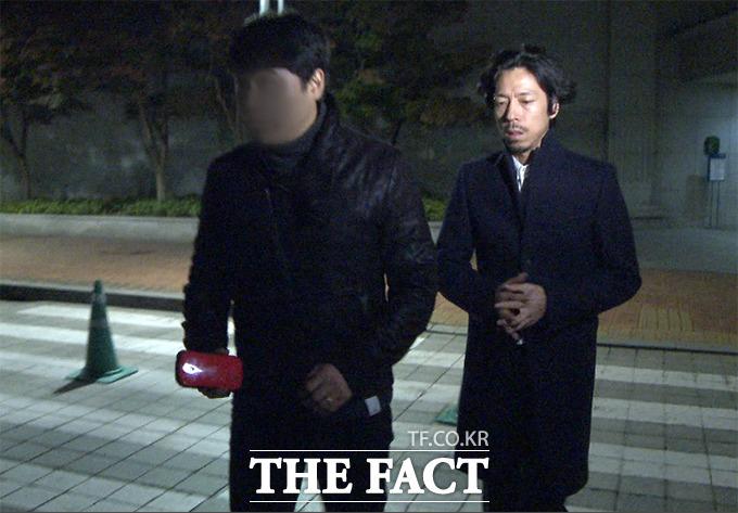 가수 김씨가 28일 저녁 서울 송파구 풍납동 아산병원에 마련된 고 신해철의 장례식장으로 들어서고 있다./사진=해당 영상 캡처