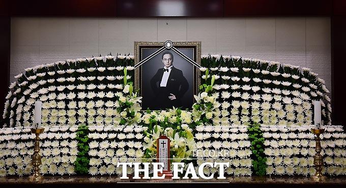 28일 오전 서울 풍납동 서울아산병원 장례식장에 故 신해철의 빈소가 마련됐다./사진공동취재단