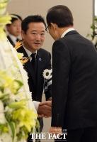 [TF포토] 이명박 전 대통령과 인사 나누는 이웅열 코오롱그룹 회장